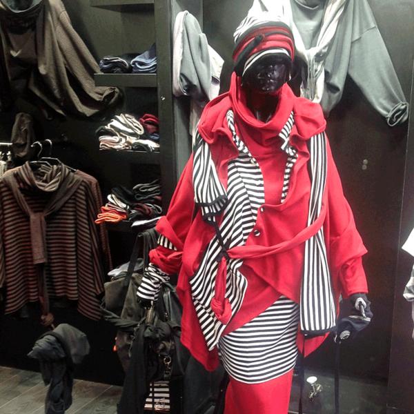 Rote Baumwolle trifft beim Lagenlook von MilaStyle auf schwarz-weiße Streifen