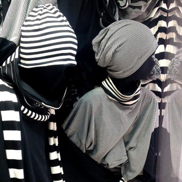 Schwarz-weiß gestreifte Kopfbedeckungen von MilaStyle