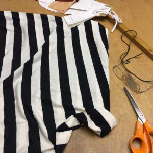 Zugeschnittener schwarz-weiß gestreifter Stoff für die Mode von MilaStyle