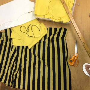 Blick auf die gelb-schwarz gestreiften Stoffe von MilaStyle