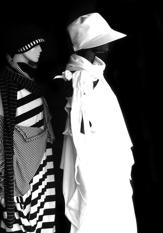 Die außergewöhnliche Mode von MilaStyle lässt sich individuell tragen und kombinieren, wie hier an zwei Puppen gezeigt